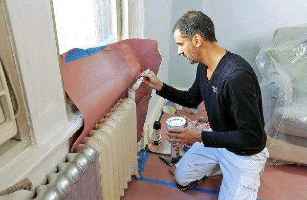 Стены и пол закрываем бумагой, как показано на фото