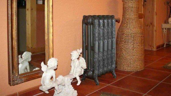 Стилизованный под старину водяной напольный радиатор.
