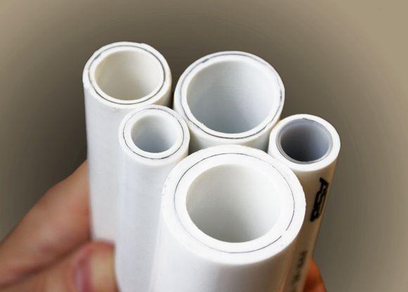 Тип армирования легко опознать, взглянув на срез. Здесь использована алюминиевая фольга.