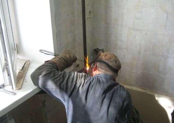 тонкостенка варится только газом. Кстати, людей, ставящих тонкостенные стальные трубы на отопление, тоже можно познакомить поближе с газовой горелкой
