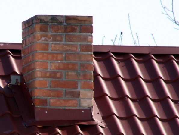 труба на крыше дома