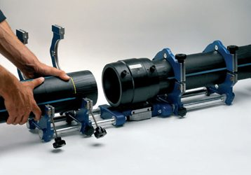 Трубы фиксируют в позиционере для контроля зазора и соосности деталей.