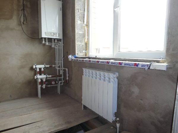 Участок системы водяного отопления с настенным газовым котлом.