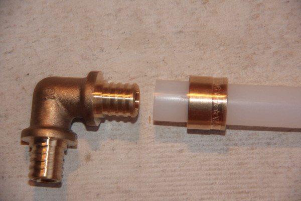 Уголок для сшитого полиэтилена. Фитинг прост, дешев и обеспечивает исключительно надежное соединение.