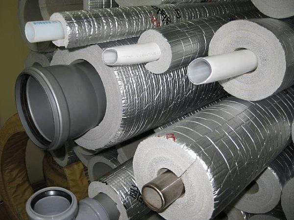Утепление для канализационной трубы сейчас легко найти в продаже.