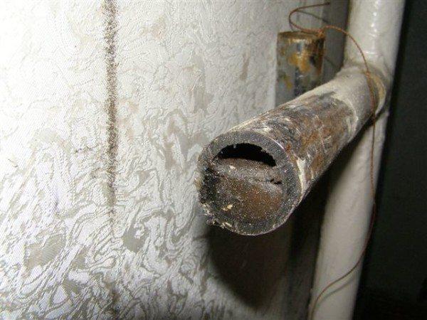 Вскрытая подводка отопления очень наглядно демонстрирует необходимость периодической промывки.