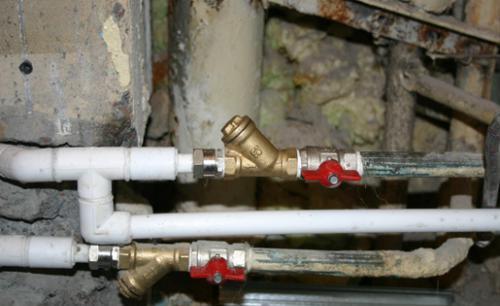 здесь на горячей воде фильтр поставили вверх отстойником, что неправильно
