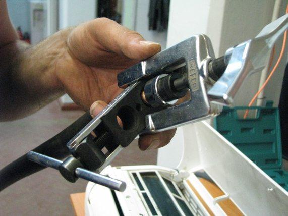 здесь простенькая ручная вальцовка используется при монтаже кондиционера